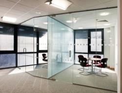 Остекленные перегородки помогут рационально организовать пространство в офисе